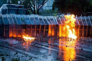 Molotowcocktails gegen die Nationalgarde: Szene während der Proteste gegen die Regierung in Venezuela