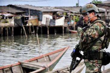 Soldat der kolumbianischen Marineninfanterie in einem Viertel von Buenaventura