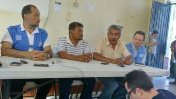 Der Hochkommissar für Menschenrechte der Vereinten Nationen (UN) in Mexiko, Javier Hernández Valencia (links) mit Vertretern der Angehörigen der verschwundenen Studenten