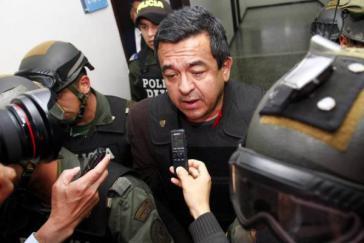 Joaquín Pérez Becerra spricht vor der Gerichtsverhandlung mit Reportern (2012)
