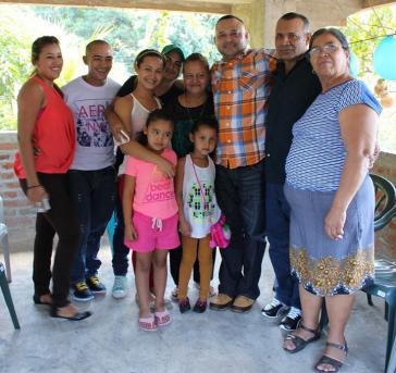 José Rubén Rivera (im karierten Hemd) mit seiner Familie in El Salvador