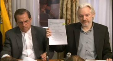 Ecuadors Außenminister Patiño und Julian Assange bei der Pressekonferenz heute in der ecuadorianischen Botschaft in London