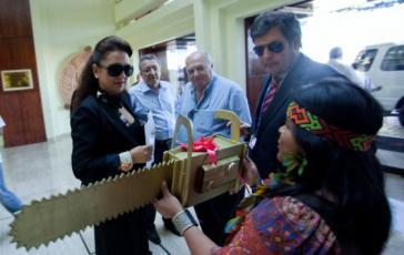 """Greenpeace-Aktivisten überreichten Kátia Abreu 2010 die """"Goldene Kettensäge"""""""