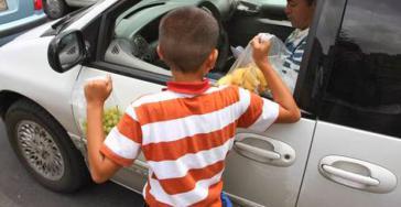 Ein Kind arbeitet als Straßenverkäufer