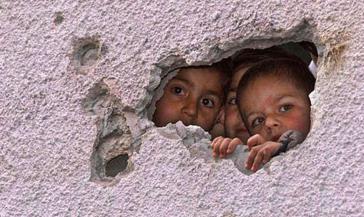 Kinder im Gaza-Streifen suchen Schutz