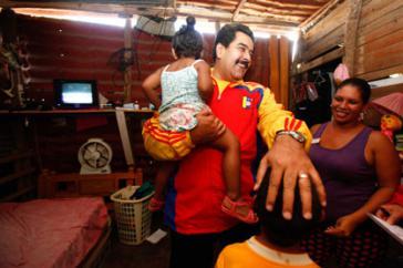 Präsident Maduro beim Besuch einer Familie in einem Armenviertel in Charallave, im Bundesstaat Miranda