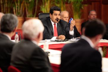 Präsident Nicolas Maduro argumentiert auf der Friedenskonferenz mit der venezolanischen Verfassung