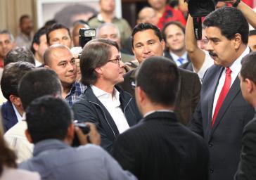 Präsident Maduro begrüßt auf der Konferenz Großunternehmer Lorenzo Mendoza