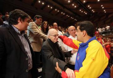 """Präsident Maduro beim Treffen mit Vertretern der landesweiten """"Bewegung für den Frieden und das Leben"""", hier José Antonio Abreu, der Gründer des venezolanischen Jugendorchesters"""