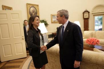 """Die Gründerin von """"Súmate"""", María Corina Machado, mit US-Präsident George W. Bush im Jahr 2005"""