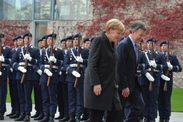 Kolumbiens Präsident Santos wurde von Bundeskanzlerin Merkel mit militärischen Ehren empfangen