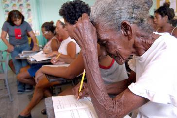Die 85-jährige Carmen Vásquez lernte im Rahmen der Misión Robinson lesen und schreiben
