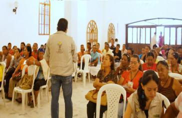 Frauen von ASOMUPROCA beim Treffen mit einem Vertreter der staatlichen Behörde für Landrückgabe
