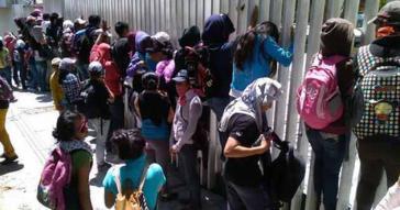 CENEO-Aktivisten auf dem Gelände der staatlichen Bildungsbehörde IEEPO