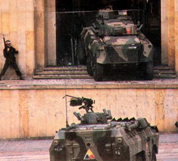 Militärpanzer beim Eindringen in den Justizpalast, den die M19-Guerilla besetzt hatte, um einen öffentlichen Prozess gegen die damalige Regierung Betancur durchzuführen