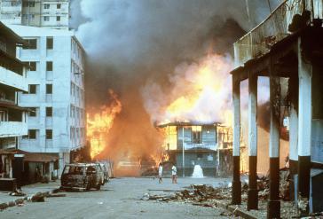 Brennende Häuser in Panama Stadt während der US-Invasion