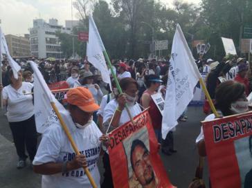 Viele Teilnehmer trugen Bilder ihrer verschwundenen Familienmitglieder bei sich