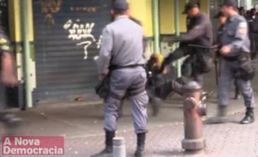 Ein Militärpolizist tritt auf den am Boden liegenden Journalisten Jason O'Hara ein, der zu seinem Glück einen Schutzhelm trug