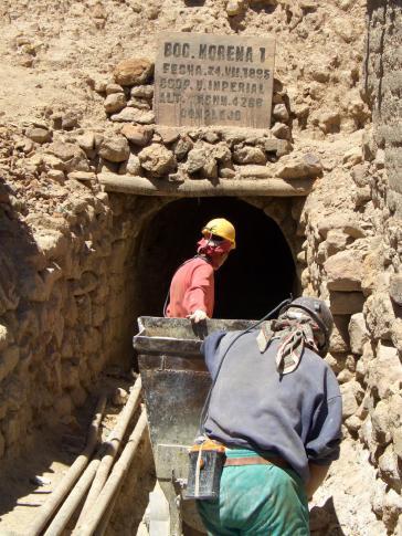 """Einfahrt in die fast 500 Jahre alte Mine """"Reicher Berg"""" in Potosí, Bolivien"""