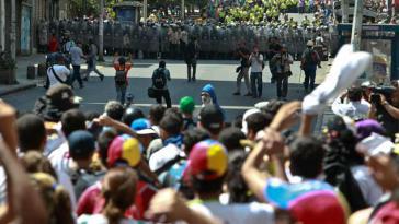 Demonstranten und Polizisten in Caracas