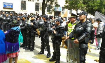 Polizeieinheiten trennten Befürworter und Gegner des Gesetzes