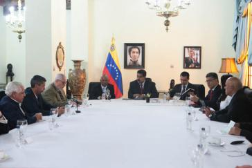 Präsident Maduro (Mitte) beim Treffen mit Ministern seines Kabinetts und Vertretern der Opposition