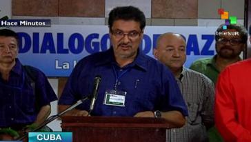 Der Friedensdelegierte der FARC, Rubin Morro, verliest das Kommuniqué zur Gefangennahme von General Alzate