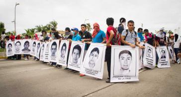 Straßenblockade in Ayotzinapa, Guerrero. Studenten tragen Fotos ihrer 43 verschwundenen Kommilitonen