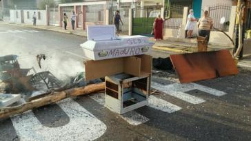 Deutliche Symbolik: Sarg mit Namen von Präsident Maduro bei Barrikade in Venezuela