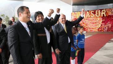 Die Präsidenten Ecuadors und Boliviens, Rafael Correa und Evo Morales mit Unasur-Generalsekretär Ernesto Samper bei der Einweihung des ständigen Sitzes der Unasur