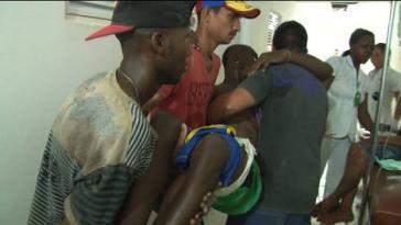Einer der Verletzten des mutmaßlichen Polizeiangriffs wird versorgt