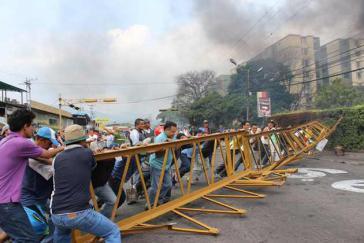 Anwohner in Las Vegas de Táriba räumen eine Barrikade weg