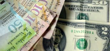 Bolívar- und US-Dollar-Scheine