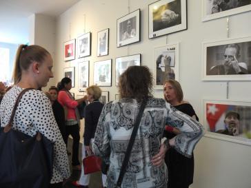 """Gut besucht: Die Ausstellungseröffnung am Dienstag in Berlin. Rechts im Bild Jennifer Spruß von der Galerie """"Art Stalker"""""""