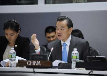 Chinas Außenminister Wang Yi bei einem Treffen mit der CELAC-Troika (Kuba, Costa Rica, Trinidad und Tobago) im September 2013 in New York