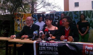 Bei einer Pressekonferenz in Quito erläutern Mitglieder von Yasunídos die Klage