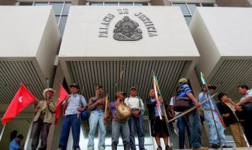 Aktivisten des COPINH vor dem obersten Gerichtshof