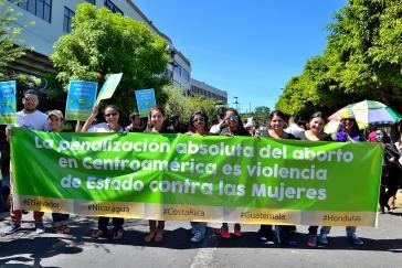 """Demonstration in El Salvador: """"Das völlige Abtreibungsverbot in Zentralamerika ist staatliche Gewalt gegen Frauen"""""""
