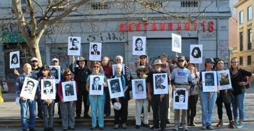 """Mitglieder der US-amerikanischen Nichtregierungsorganisation SOA Watch und chilenische Menschenrechtsaktivisten fordern Chiles Regierung dazu auf, keine Soldaten mehr an die umstrittene """"School of the Americas"""" in den USA zu entsenden"""