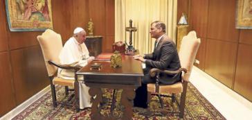 Rafael Correa während einer Unterredung mit Papst Franziskus