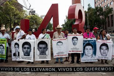 Aktivisten und eine Abordnung von Eltern der Lehramtsstudenten stellten in Mexiko-Stadt am 26. April ein Denkmal im Form der Zahl 43 auf