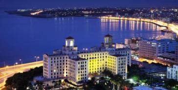 Der Malecón leuchtet: Nächtlicher Blick über die Bucht von Havanna