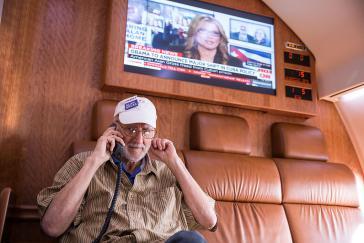 Alan Gross spricht mit Präsident Barack Orbama an Bord der Regierungsmaschine, die ihn am 17. Dezember von Kuba in die USA zurückbrachte