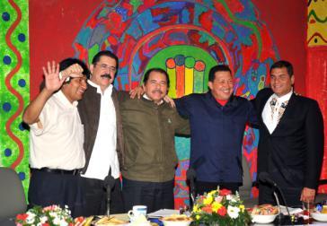 Im April 2009 amtierende linksgerichtete Regierungschefs: Evo Morales, Manuel Zelaya (zwei Monate nach diesem Foto aus dem Amt geputscht), Daniel Ortega, Hugo Chávez, Rafael Correa