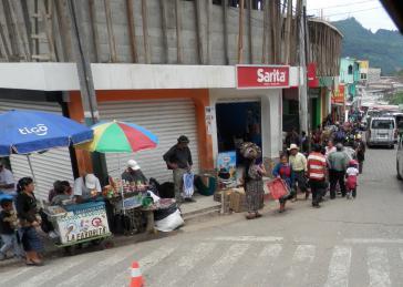 Arbeitende des informellen Sektors auf den Straßen Quichés