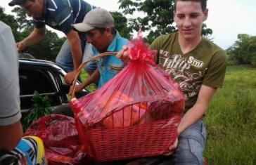 Arlan Fick mit seiner Familie bei der Verteilung von 100 Weihnachtsgeschenkkörben an die arme Dorfbevölkerung der Gemeinde Colonia Nueva Fortuna