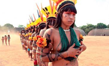 Kuikuro-Frauen beim Ritual Jamurikumálu. Szene aus As Hiper Mulheres (Itão Kuẽgü) von Carlos Fausto, Leonardo Sette und Takumã Kuikuro