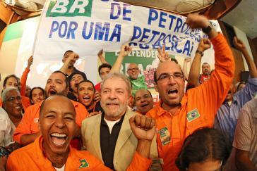 """Gewerkschafter hatten zu einer Kundgebung in Rio de Janeiro  zur Verteidigung von Petrobras aufgerufen. Unter den Teilnehmern: Ex-Präsident """"Lula"""" da Silva (Bildmitte)"""