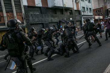Polizei verhaftet Demonstranten