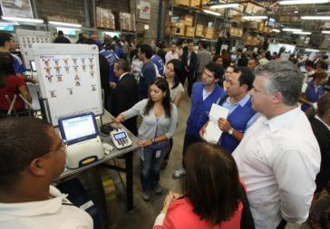 Experten und Vertreter der politischen Parteien überprüfen vor der Wahl alle technologischen Systeme